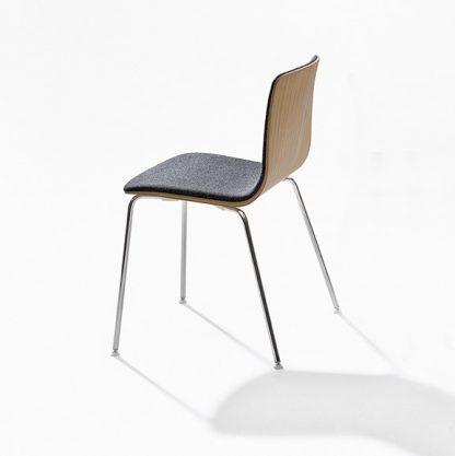 Arper Aava stoel met 4 poots onderstel is goed toepasbaar als kantinestoel