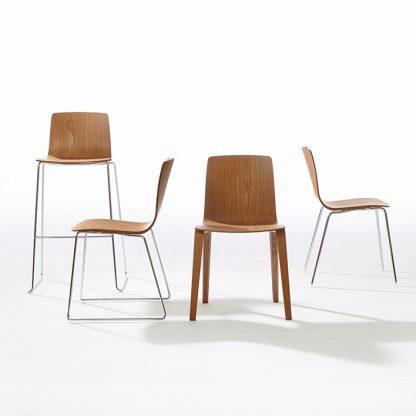 Arper Aava lijn omvat stoelen en barkrukken met verschillende onderstellen