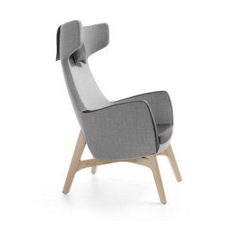 Zijaanzicht fauteuil UMM met hoge rug en houten onderstel