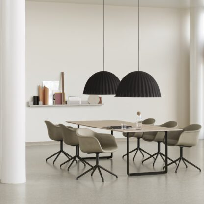 De Under the bell hanglamp absorbeert het geluid en is daardoor prima inzetbaar in kantoorruimtes of vergaderruimtes