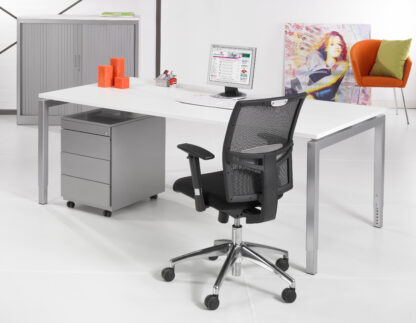 Bureau met aluminium onderstel en wit blad