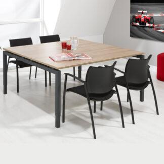 Deze vierkante vergadertafel kan ook als kantinetafel gebruikt worden