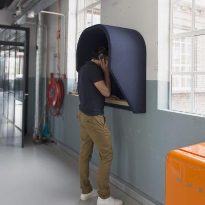 Een hangende belcel neemt geen vloeroppervlak in beslag en is dus ideaal bij een beperkte ruimte op kantoor