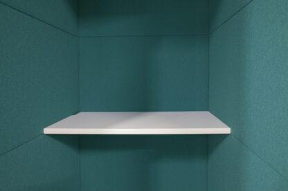 Een plank van 45cm diep en ledverlichting zijn standaard in deze belcel