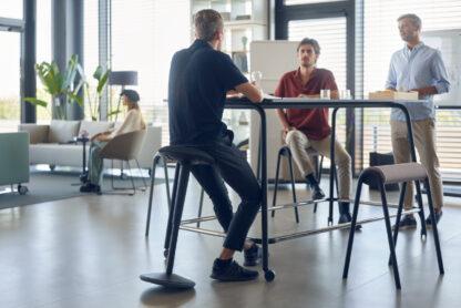 Hoge tafel voor overleg op kantoor - scrumtafel