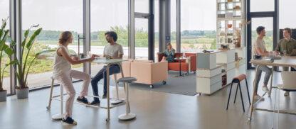 Sedsu se-lab serie met hoge tafels en krukken